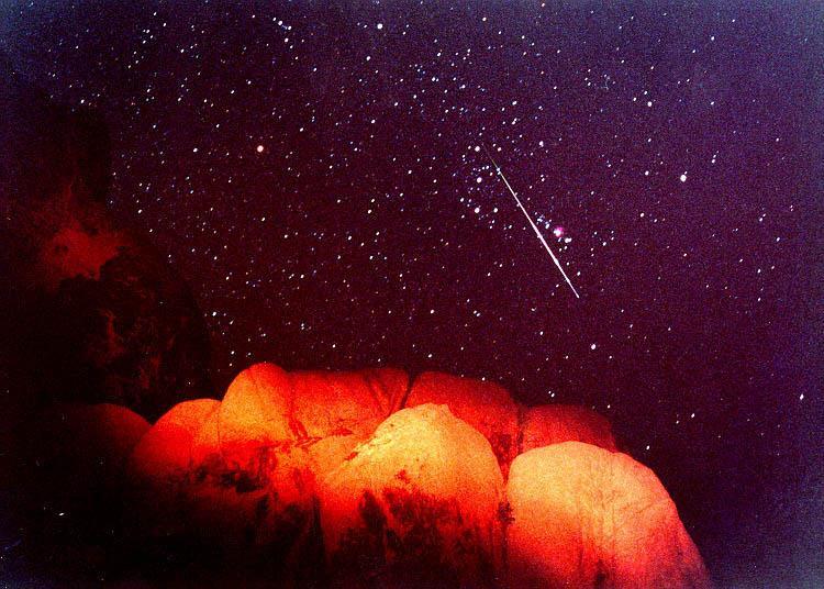 """чудесни условия за наблюдаване на """"падащи звезди"""""""