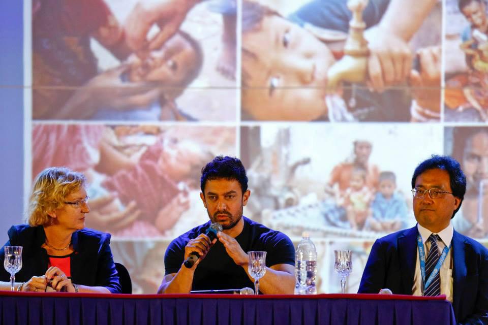 От ляво на дясно: Регионалният директор на UNICEF, новоизбраният посланик на добра воля г-н Кан и представителят на Непал в UNICEF
