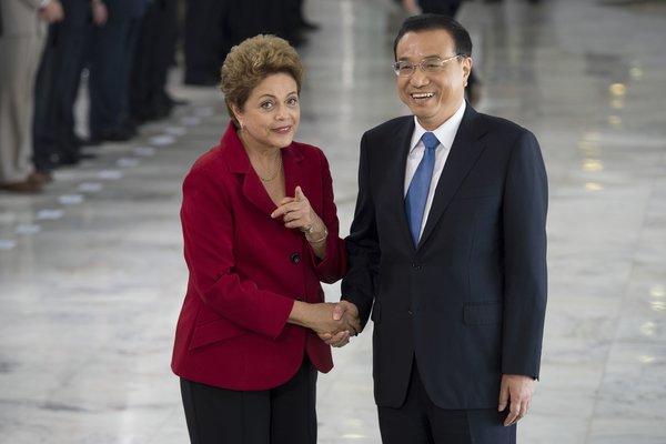 A Presidenta Dilma Rousseff recebe o primeiro-ministro da China, Li Keqiang, no Palácio do Planalto, em cerimônia oficial de boas-vindas (Marcelo Camargo/Agência Brasil)