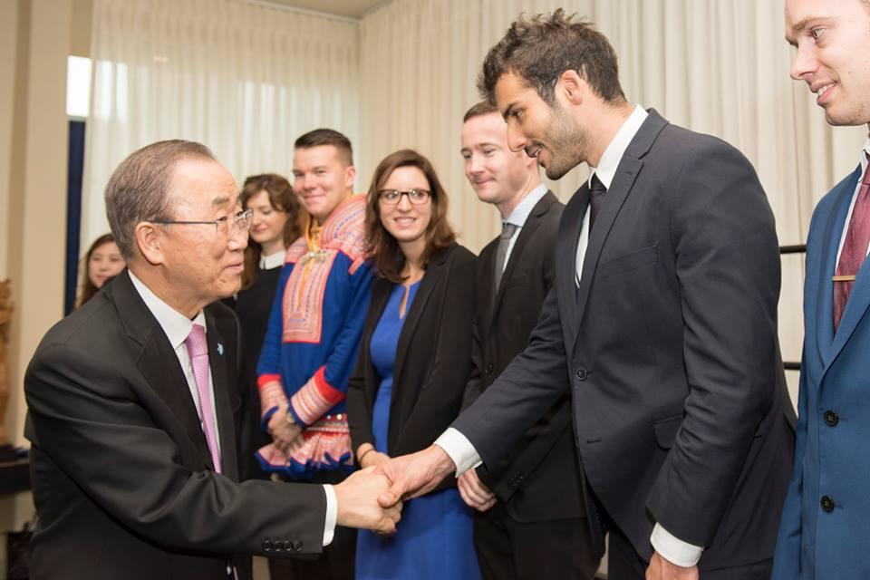 Бан Ки-Мун с младежките делегати към ООН